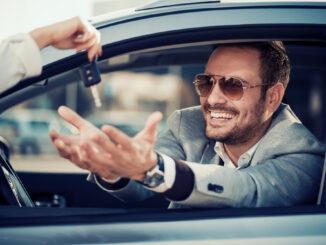 mand kører bil