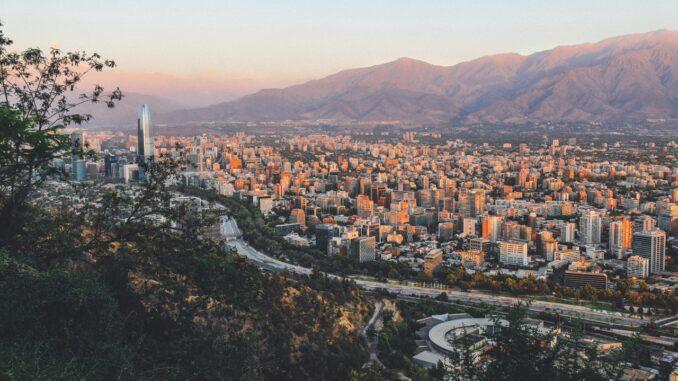 Sydamerikansk by taget oppefra på bjerg