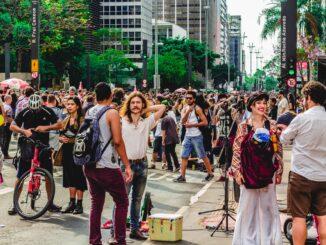 Stor flok mennesker i Brasilien