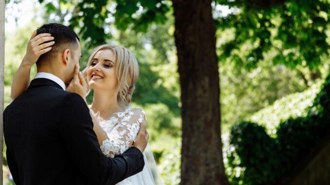 Par der står under træ og skal giftes